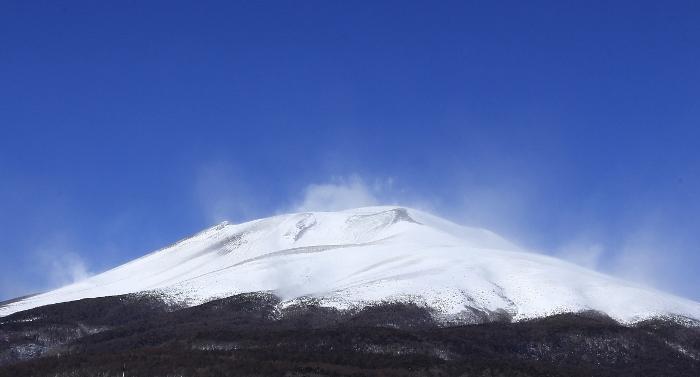 新春の浅間山は、なだらかな山肌が純白に包まれて。