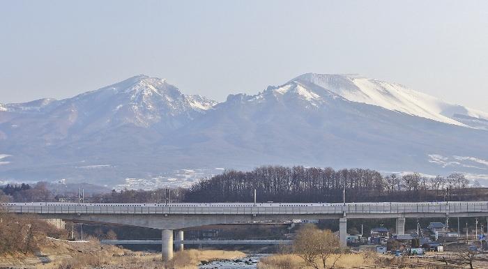 春霞の浅間山と千曲川を見わたす、中山道 塩名田宿にて。