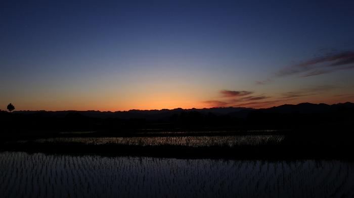 心にぽぅ~っと灯がともる、黄昏色の田園風景。