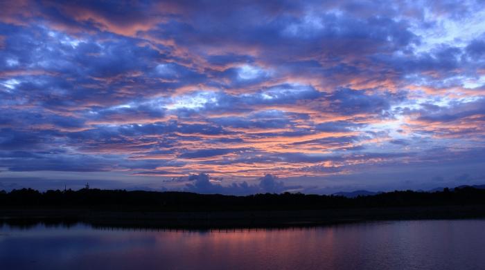 夏雲とさざなみが紅に染まった、一瞬の光景!