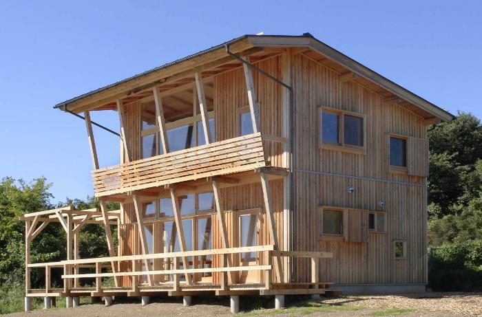 地場産材をはじめ、日本に育つさまざまな樹木を活用した、風景にとけこむ木造建築。