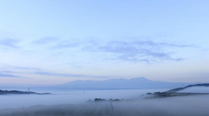 霧に包まれた朝、窓辺から、幻想的な光景を望む。