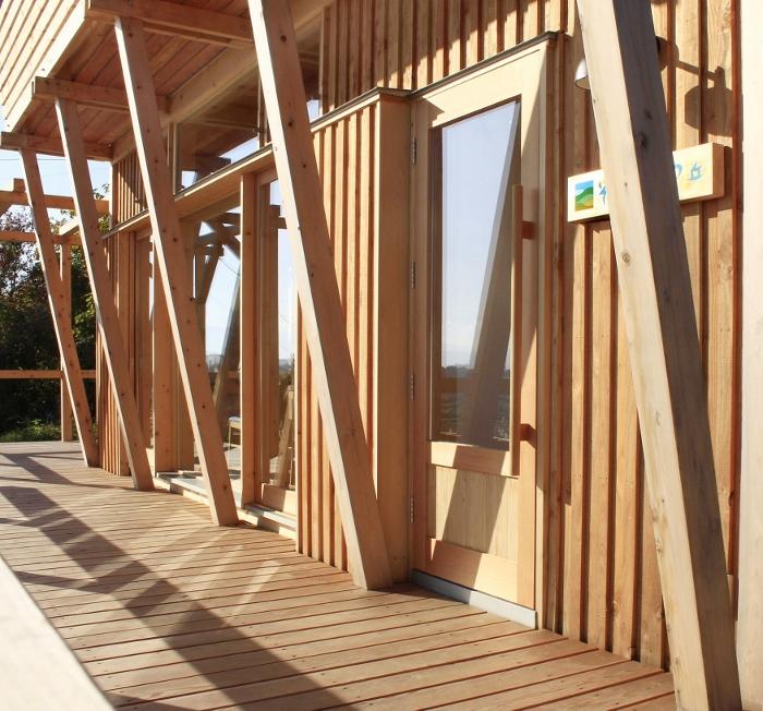 木造建築ならでは、周囲の自然にとけこむ佇まい。移りゆく光と影は、この丘の風景となって。