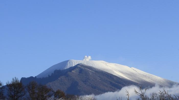 奥ゆかしく雲に覆われた、晩秋の浅間山。純白の頂が青空に映える、初冬の浅間山。