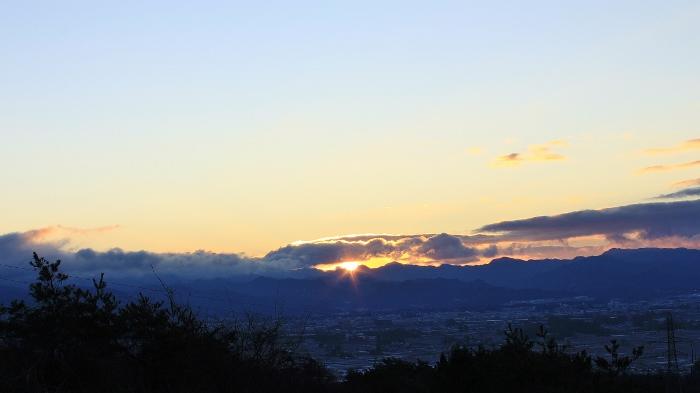 『そらいろの丘』から、県境の山並みと佐久平を望む、元日の朝。