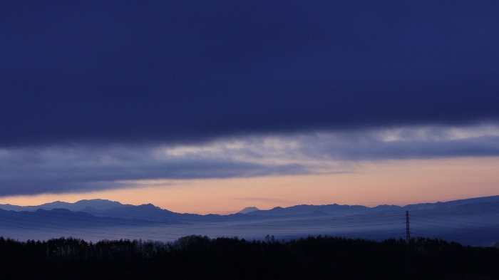 東雲色の山ぎわに、ぽっかりと浮かぶ、日本一の頂。