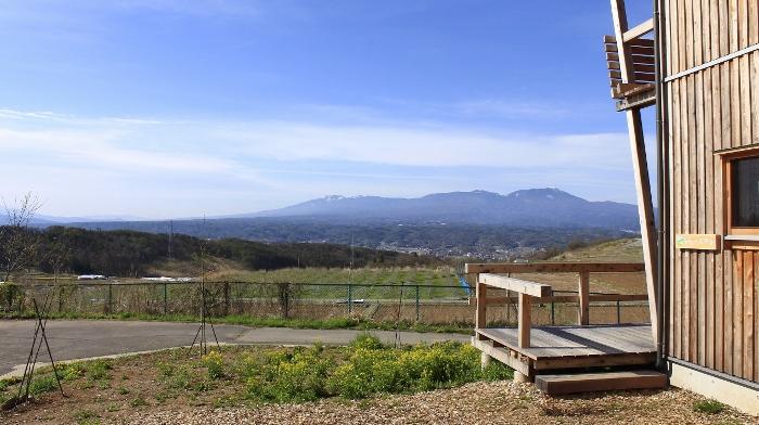 『そらいろの丘』駐車場から、はれやかな空&ゆるやかな山並みを望む