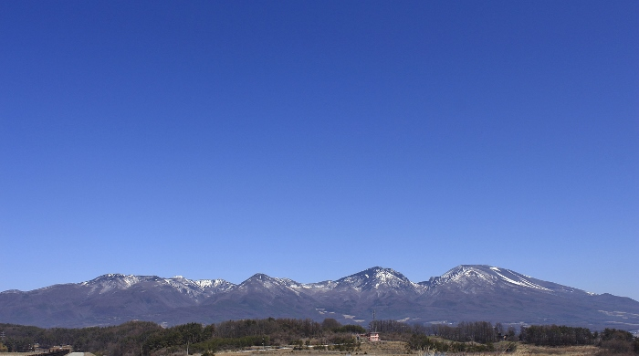 浅間連峰に抱かれて、ぽつんと佇む『そらいろの丘』は、このまちの風景にとけ込んで