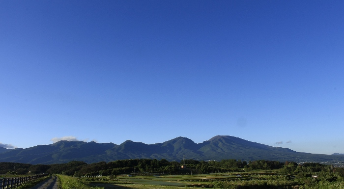 スカッと青空の下、深い緑につつみこまれた『そらいろの丘』。
