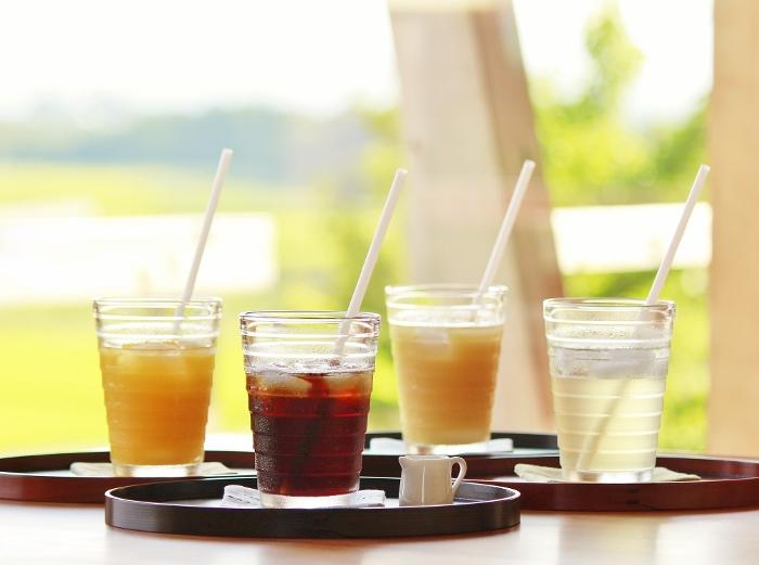 窓から眺める田園風景と、キリッと冷たいお飲物に、つかの間の涼を…
