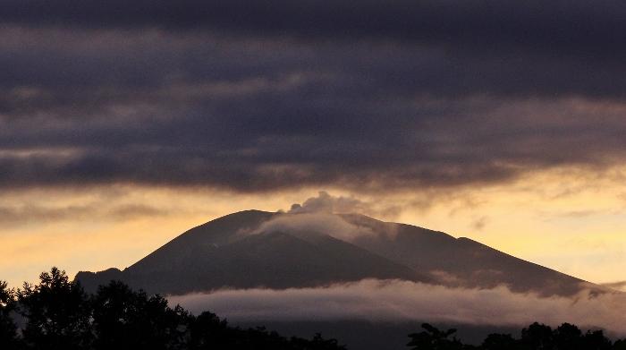 噴煙のように見える雨雲、朝焼けに映える雲海…定点観測の軌跡より。