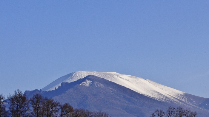 霜月初めの初冠雪から、やがて、澄みわたる青空に、純白の頂が映えて。