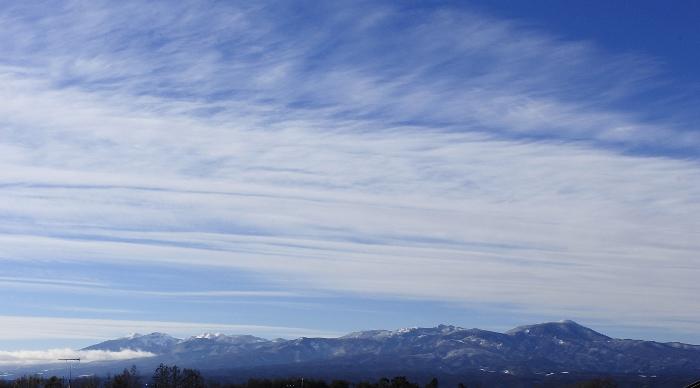 ぴゅーっと北風が描いたすじ雲に、思いっきり深呼吸!