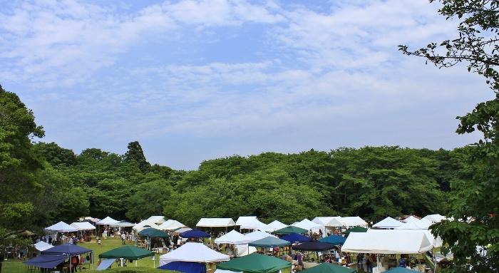 『にわのわ』ならではの趣向をこらした、間伐材のゲート、緑にとけ込むフラッグ! 江戸時代から佐倉城を見守ってきた木々の間に、ここちよい風とゆるやかな時が流れて。