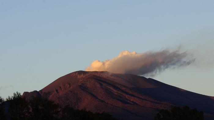 『そらいろの丘』から望む浅間山、定点観測の軌跡。