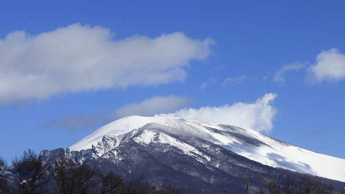 『そらいろの丘』から望む浅間山に、季節の移ろいを感じて…定点観測の軌跡より。