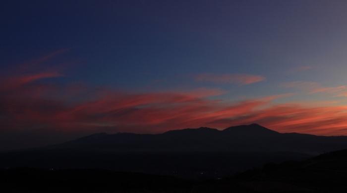 大きな窓越しに望む八ヶ岳が、黄昏色に染まりゆく瞬間