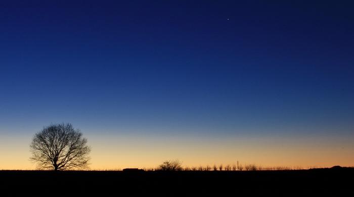 希望みなぎる、明けゆく空のあたたかな色合い