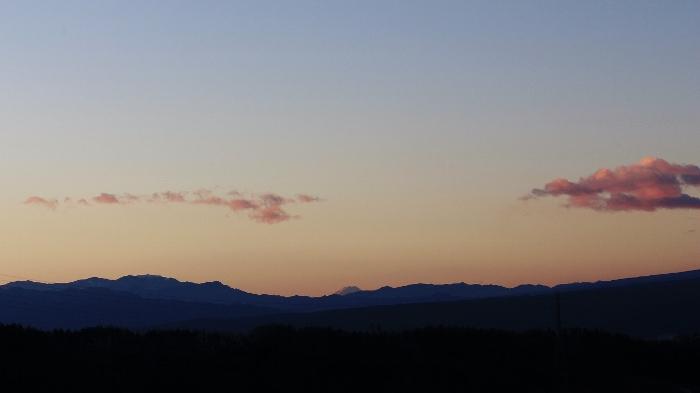 日本の伝統色「紅掛空色」に染まる早朝の空、白い頂がひときわ映えて