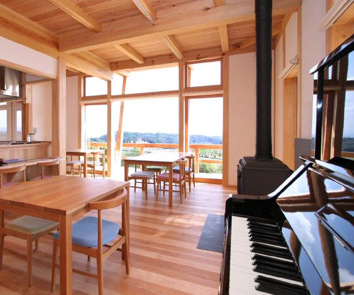 ぴかぴかに甦ったピアノが、大きな窓から望む、空と雲を映して♪(Macoto Art Studio 撮影)