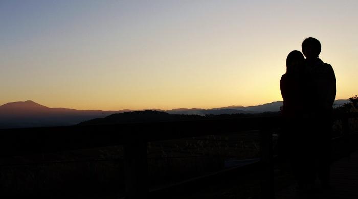 黄昏色に染まる時、この丘の風景にとけこむ、ふたりのシルエット…