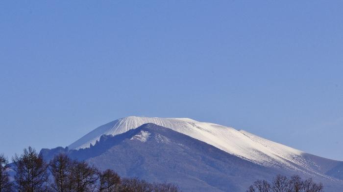 霜月初めの初冠雪から、やがて、澄みわたる青空に、純白の頂が映えて